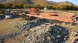 Das Haus ist bereits in Bau, und unser bestreben ist es die Geldmittel für den Bau der Unterkunft zur Verfügung zu stellen. Einen kleinen Teil haben wir schon beisteuern können, wie in dem Beitrag des mongolischen Fernsehen berichtet wurde.